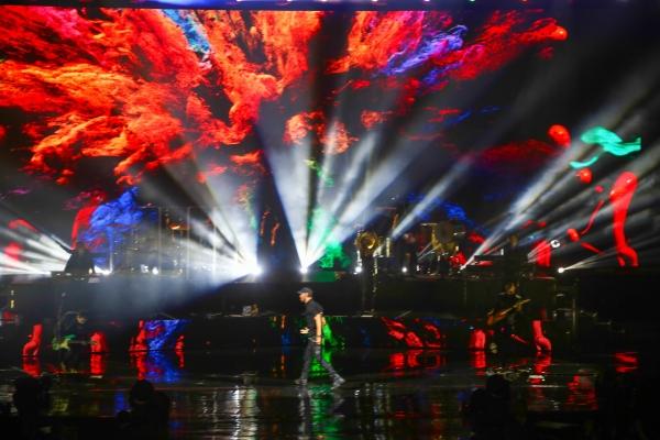 Без пестрых костюмов, фонограммы и подтанцовки – как прошел концерт Энрике Иглесиаса в Ташкенте (фото/видео)