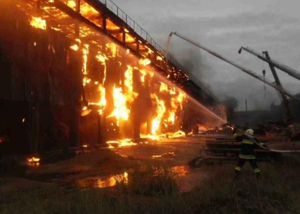В Кибрае дотла сгорел завод по производству детских подгузников (видео)