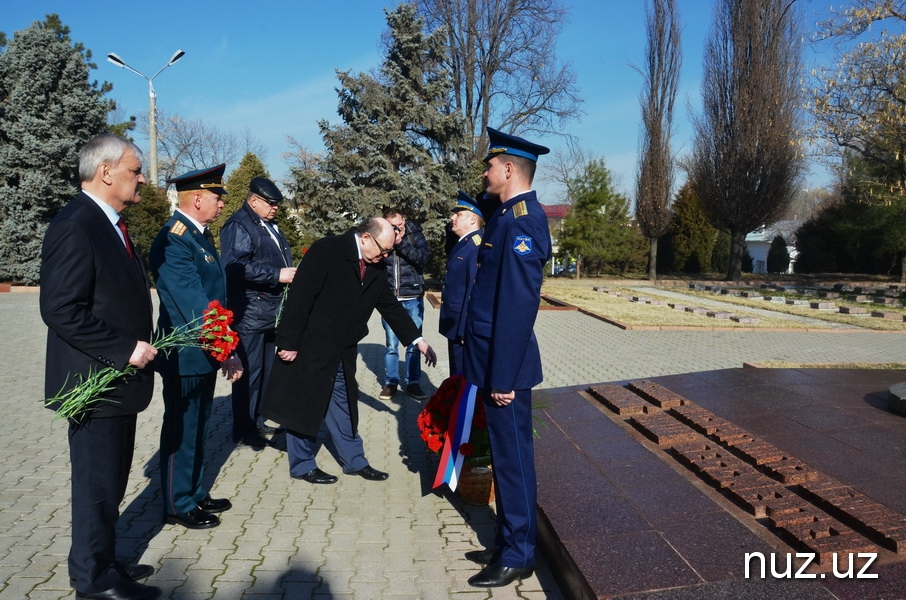 Российские дипломаты возложили цветы на Братских могилах