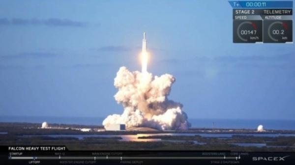 Space Х коинотга бортида Tesla автомобили бўлган энг оғир Falcon Heavy ракетасини учирди