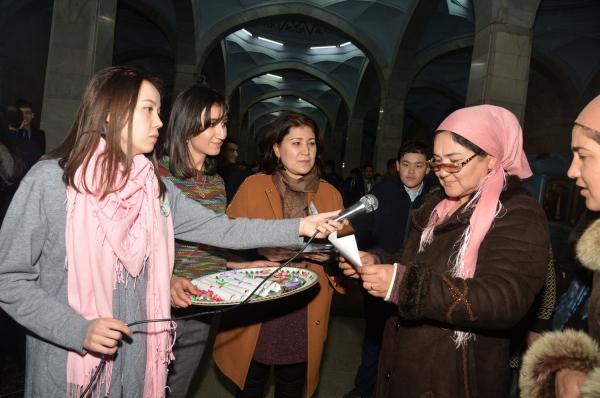 Пассажирам метро предложили прочитать стихи Алишера Навои
