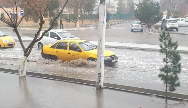 Бухара под водой: пожарные спасают наследие, автомобили пробираются вплавь