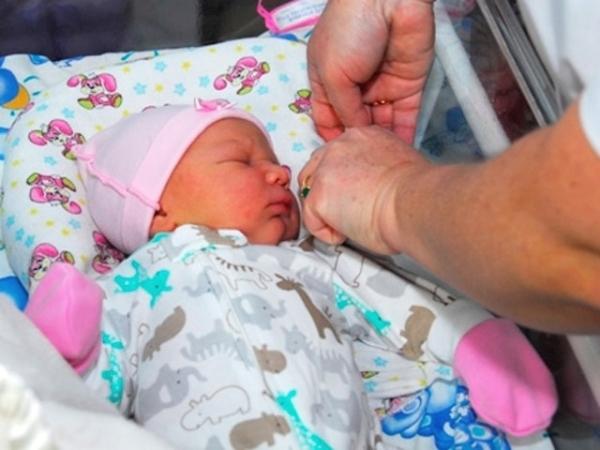 Женщина родила ребенка и сбросила его в выгребную яму