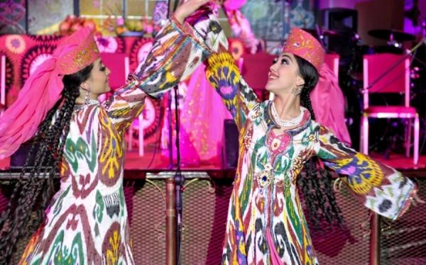 Более 100 узбекских артистов вылетают в Душанбе, чтобы выступить перед президентами