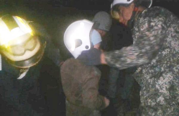 Спасатели освободили 9-летнего мальчика, застрявшего в балках моста