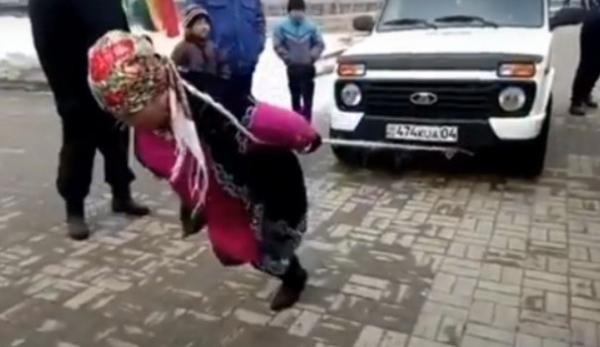 """«Нива»ни тортаётган қозоғистонлик аёл барчани """"лол қолдирди"""" (видео)"""