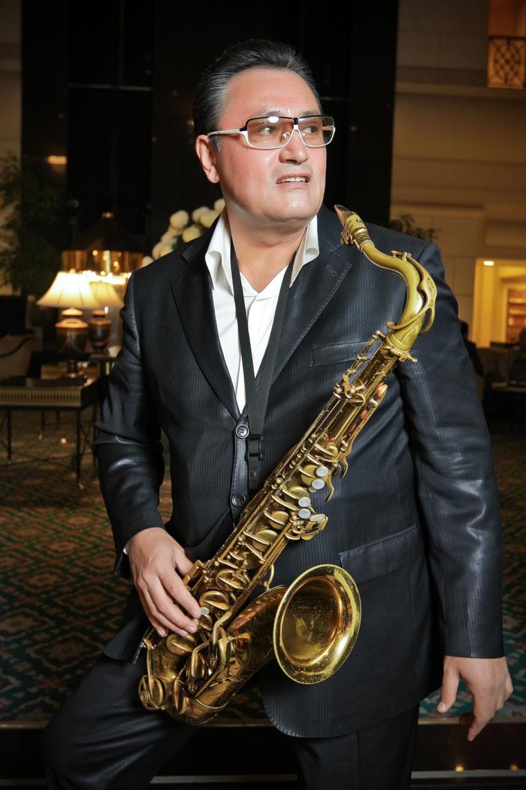 Красивый человек с золотым саксофоном