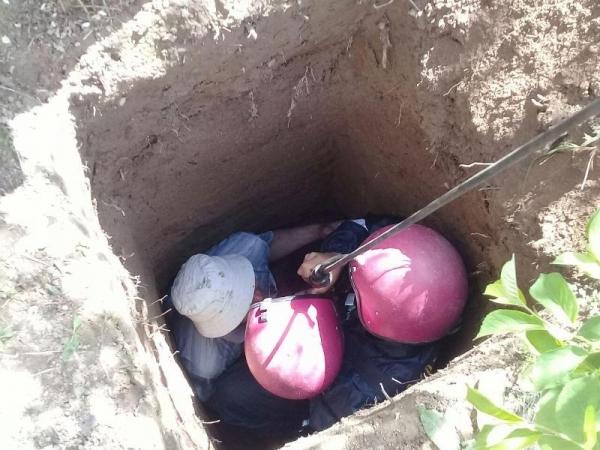 Спасатели снова извлекли человека из выгребной ямы