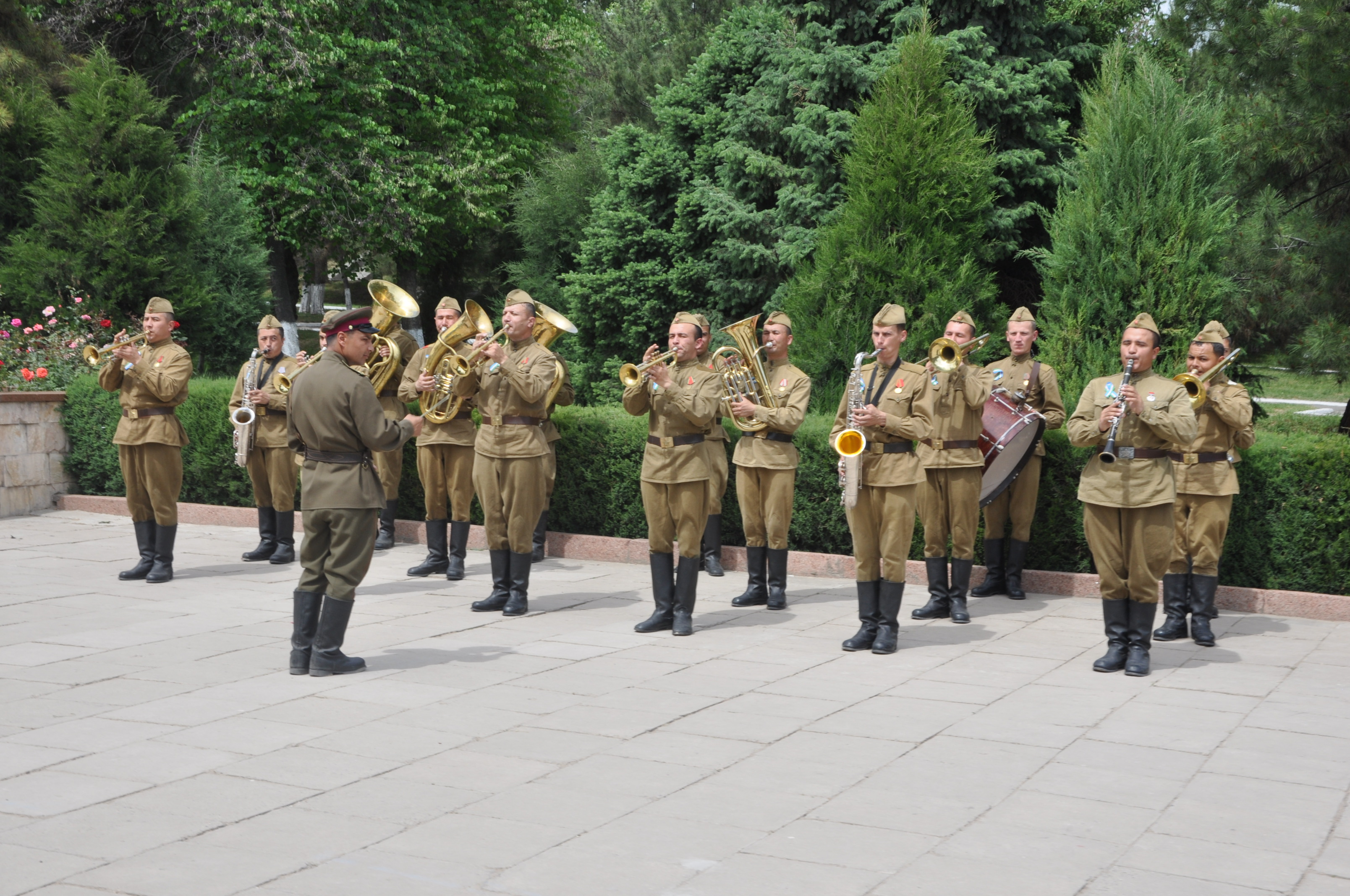 """Послы и дипломаты возложили цветы к монументу Скорбящей матери и мемориальному комплексу """"Братские могилы"""""""