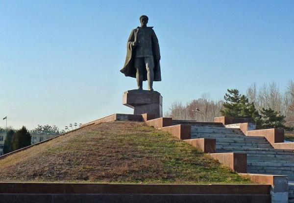 Президент предложил вернуть памятник Сабиру Рахимову на прежнее место