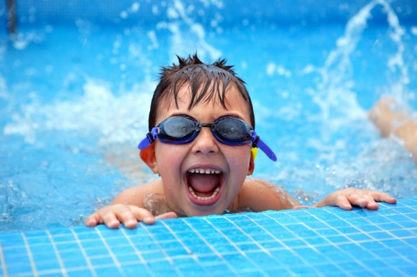 Названы категории детей, которым разрешено посещать бассейны бесплатно