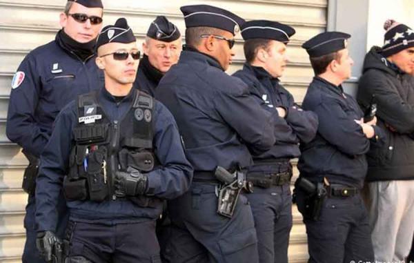 Неизвестный напал с ножом на людей в центре Парижа