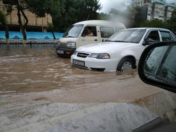 Поплыли: за пару часов Ташкент снова превратился в «Венецию» (фото, видео)