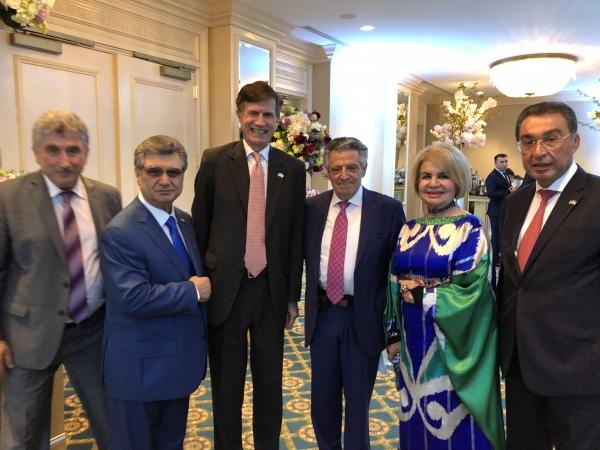 В Вашингтоне Шавкат Мирзиеев присвоил звание  Народного артиста певцу Эзро Малакову
