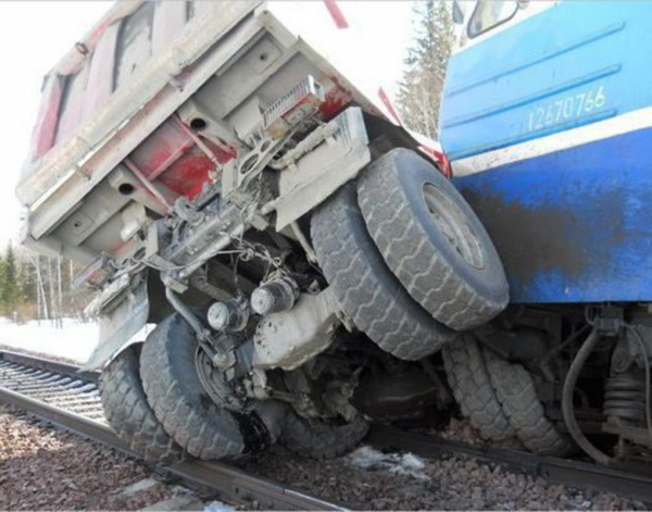 ДТП со смертельным исходом: двое водителей попали под электровоз