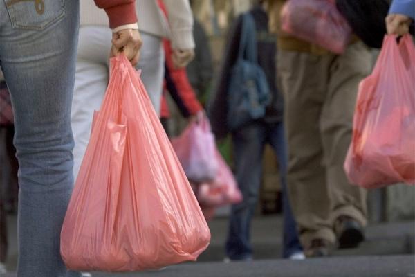 Бесплатная выдача пластиковых пакетов будет запрещена с 1 января (видео)