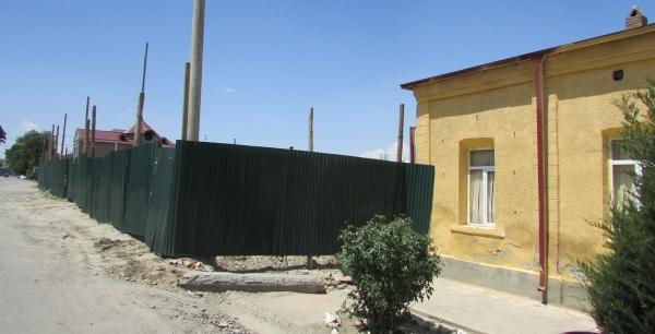 В Самарканде многоэтажка строится впритык к детсаду, находящемуся в плачевном состоянии