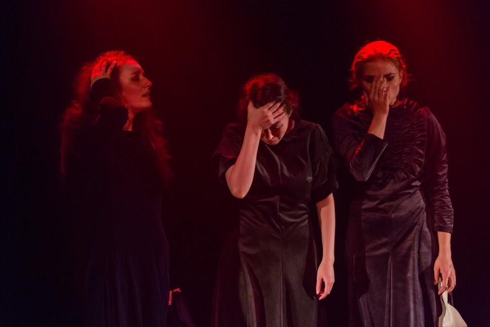 «Ревизор» или «Три сестры»?