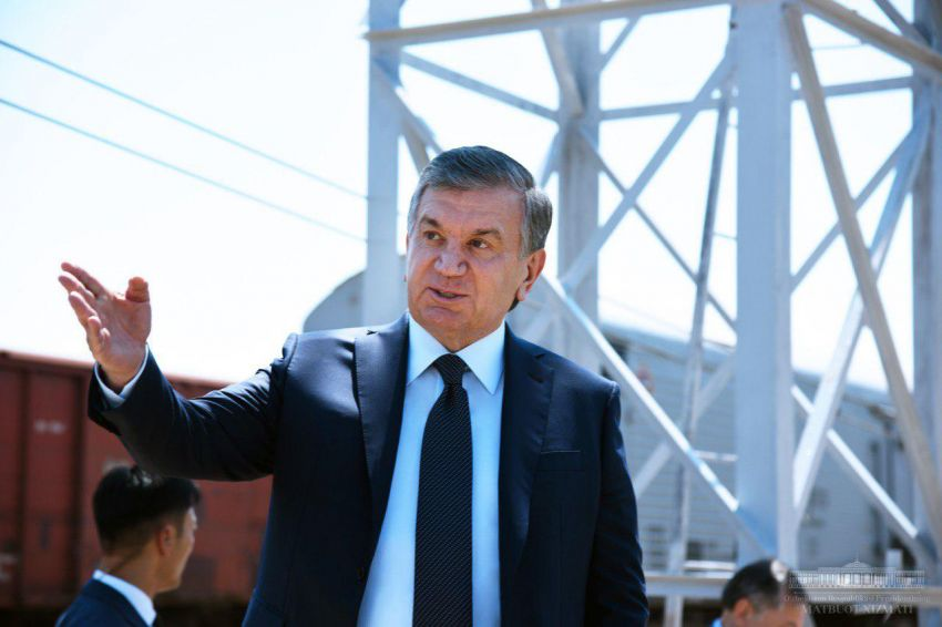 """Шавкат Мирзиёев посетил махаллю """"Иброхим ота"""" в Алмазарском районе"""