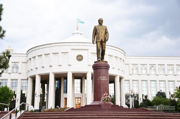 Шавкат Мирзиёев возложил цветы к подножию памятника Первому Президенту