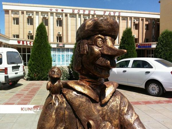 В Ургенче появился памятник почтальону Печкину