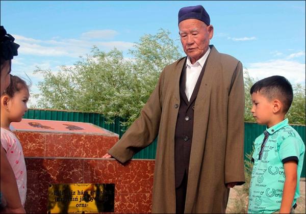 В назидание молодежи: в Каракалпакстане установили памятник лентяям