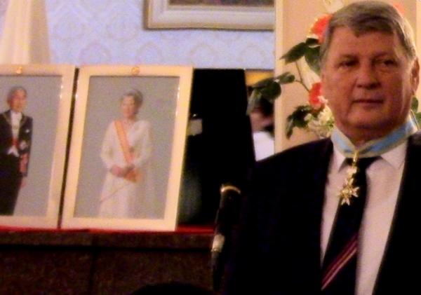 Императорский Орден Священного сокровища, золотых лучей с шейной лентой вручён узбекистанцу
