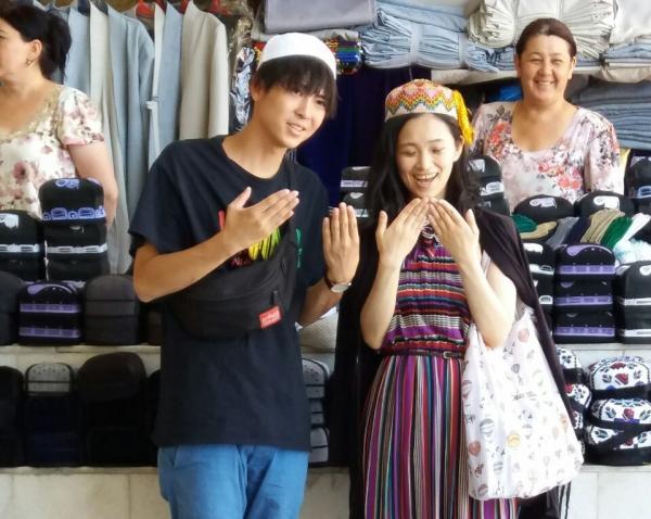На розовом автобусе: в Самарканде закончились съемки японского молодежного шоу Ainori