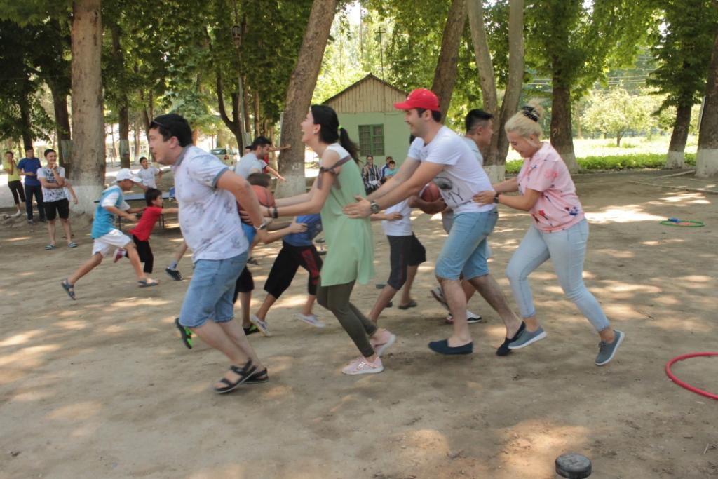 В Намангане волонтеры провели акцию для детей из Дома милосердия