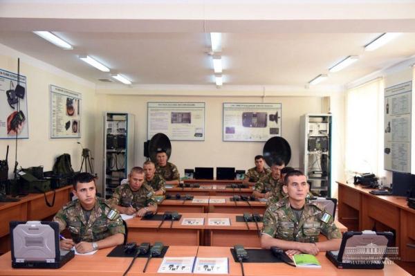 Шавкат Мирзиёев посетил воинскую часть в Ташкенте (фото)