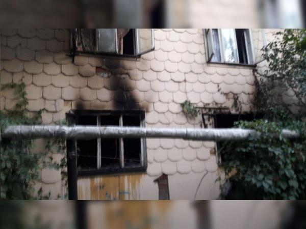 Пожар в Сергелийском районе: на Спутнике-8 из-за неосторожности жильцов вспыхнула деревянная двухэтажка