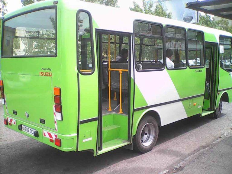 В центре Ташкента автобус с пассажирами врезался в столб. Есть пострадавшие