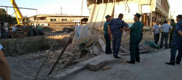Под рухнувшим зданием в Бухаре погибли люди