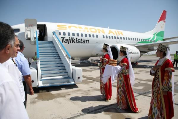 Первый самолет таджикистанской авиакомпании Somon Air приземлился в Бухаре