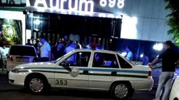 Охранники ночного клуба, пытаясь остановить вооруженного посетителя, избили его до смерти