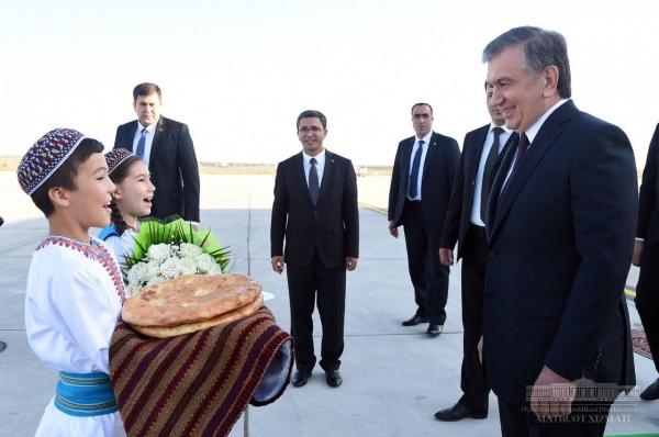 Шавкат Мирзиёев прибыл в Туркменистан (фото)