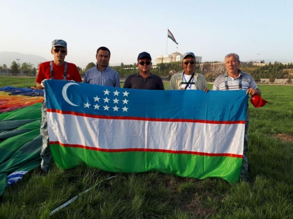 Команда узбекских аэронавтов подняла над небом Душанбе первый аэростат