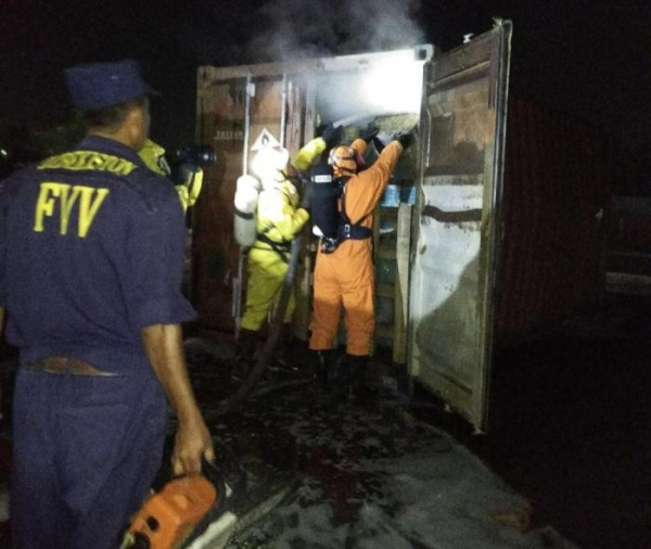 На железнодорожной станции «Чукурсай» задымился контейнер с химикатами (фото)