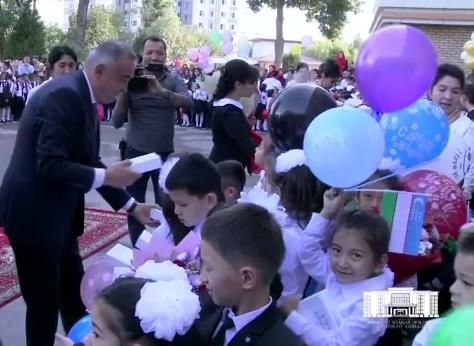 Хоким Ташкента посетил школу, где учился, и подарил первоклассникам планшеты (видео)