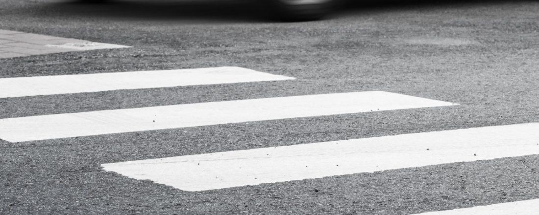 Заговорившись по телефону, водитель сбила девушку на пешеходном переходе
