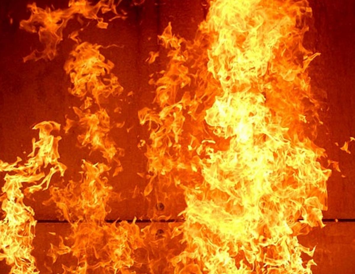 В Сергели загорелось старое здание кожно-венерологического диспансера