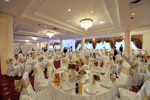 Стало известно, чем отравились несколько десятков гостей на свадьбе в Карши