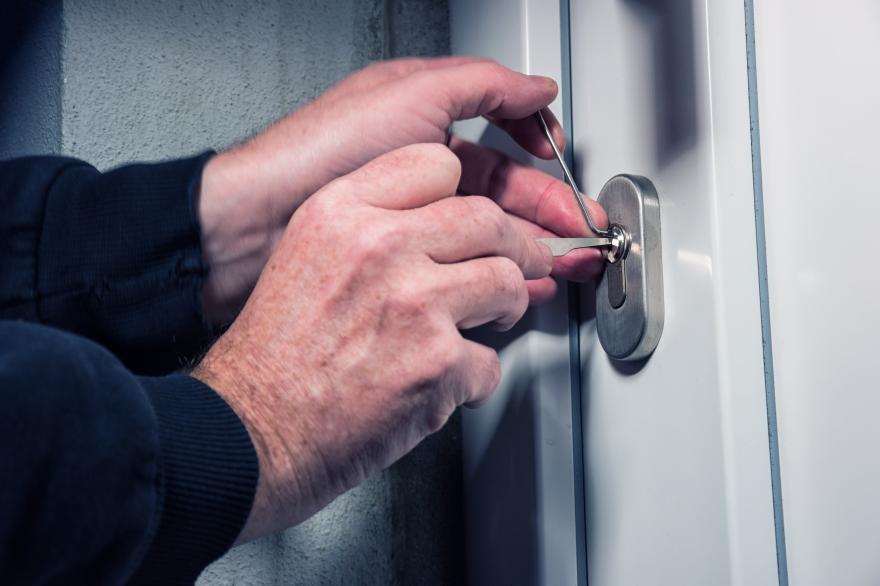 В Чиланзарском районе двое мужчин ограбили пенсионерку