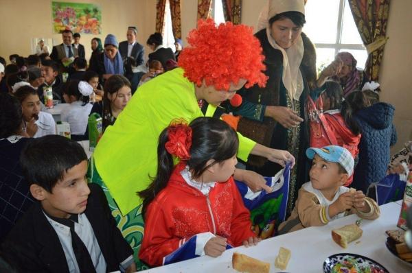 Наманганские волонтеры устроили представление для детей с ограниченными возможностями