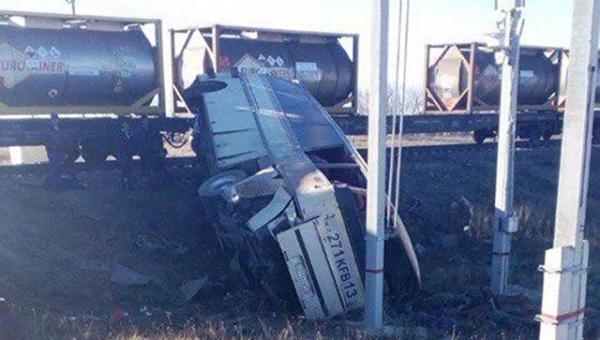 В Саратовской области при столкновении автобуса с грузовым поездом погибли пять узбекистанцев