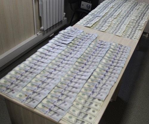 Житель Узбекистана пытался провезти через границу 20 тысяч долларов  в носках
