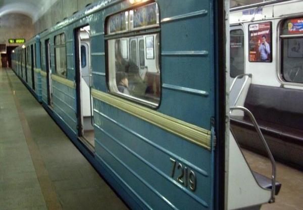 ЧП в столичном метро: пожилой мужчина упал на рельсы перед идущим поездом