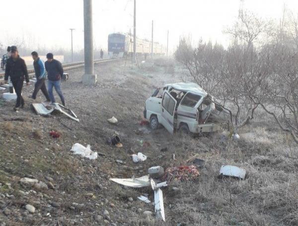 """Под Ферганой """"Дамас"""" попал под поезд: погибли три молодые девушки"""