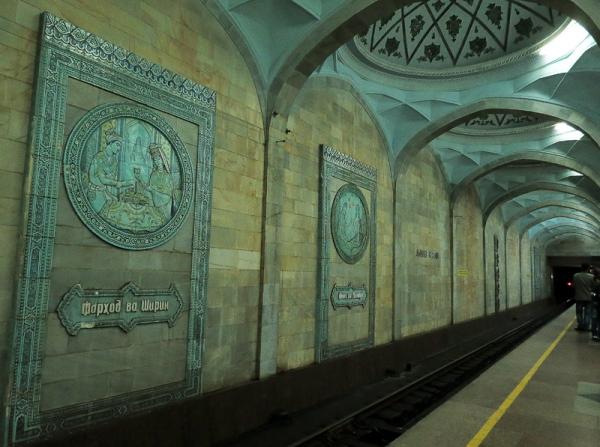 В столичном метро девушка упала на рельсы перед идущим поездом (видео 18+)
