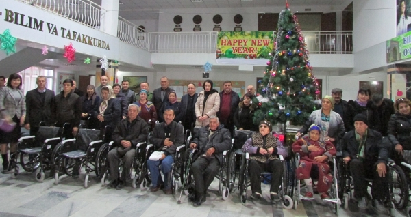 В Самарканде 20 человек с ограниченными возможностями получили бесплатные коляски